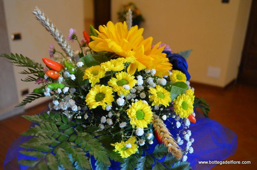 Matrimonio Coi Girasoli : Allestimento floreale con girasoli su tavolo per cerimonia di